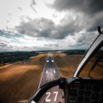Een vliegtuig wat gaat landen op de landingsbaan, een visuele vergelijking met hoe een bezoeker kan landen op een landingspagina